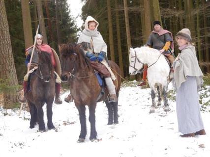 Winterbild von Swarafulk, mit Susi, Diana, Jason und Thomas auf Ringo, Urs und Hrafnar.